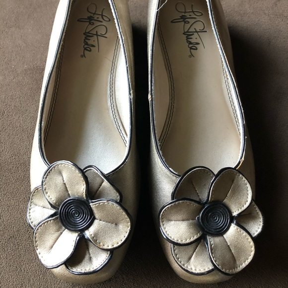Life Stride Shoes - Lifestride SZ 8 1/2 Gold flower flat loafers.